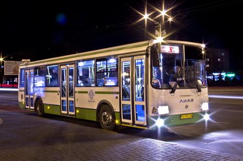 по городу автобус: